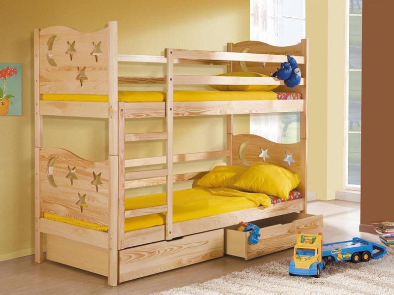 Кровать с узорами и фигурной спинкой
