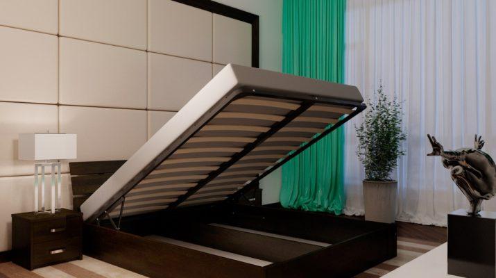 Темная деревянная кровать
