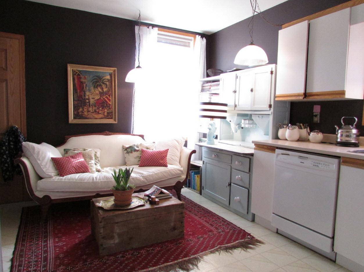 Барочный диван в кухне