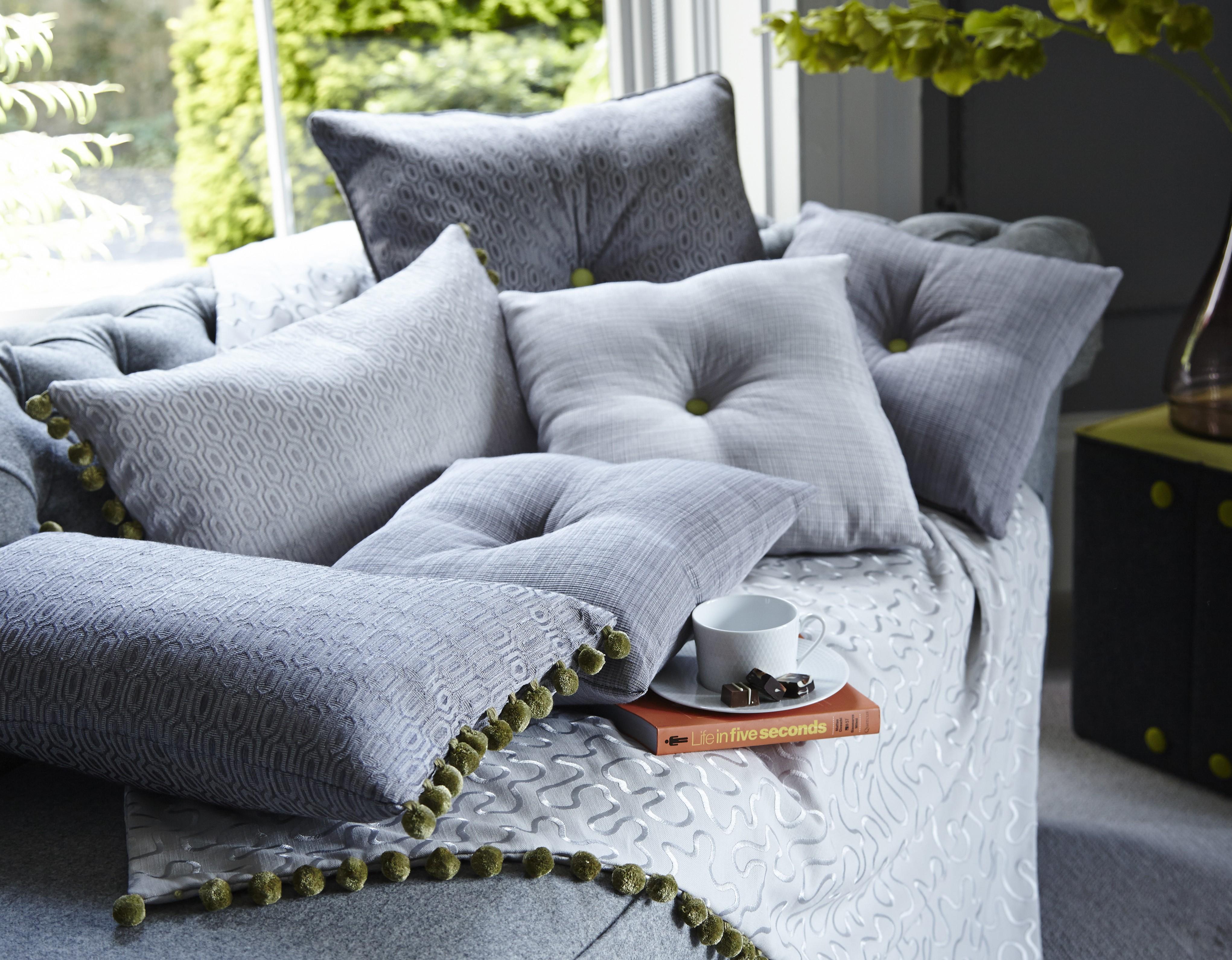 Красивые декоративные подушки на диван