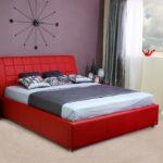Кожаная кровать в красном цвете