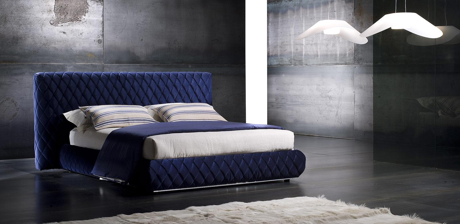 Синий цвет в интерьере 87 фото с какими другими цветами он сочетается Синие стены диваны и кровати цветовая палитра синих оттенков