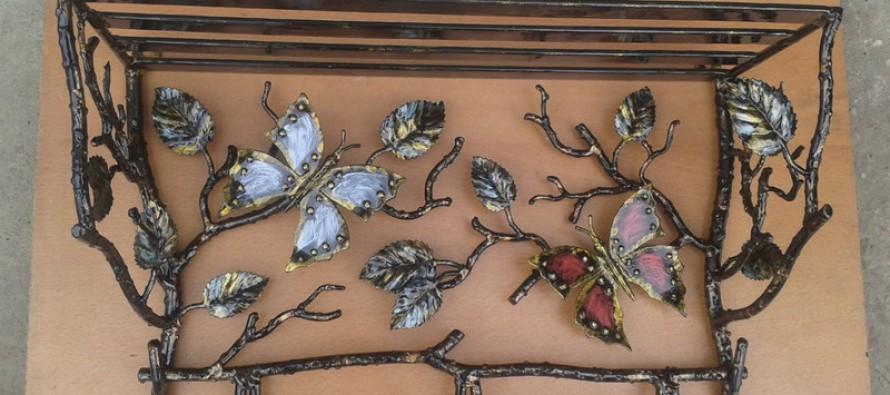 кованые деревянные и металлические вешалки для прихожей