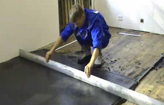 как залить бетонную стяжку на деревянный пол