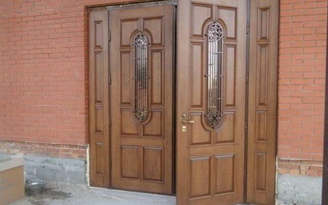 Двухстворчатые металлические входные двери